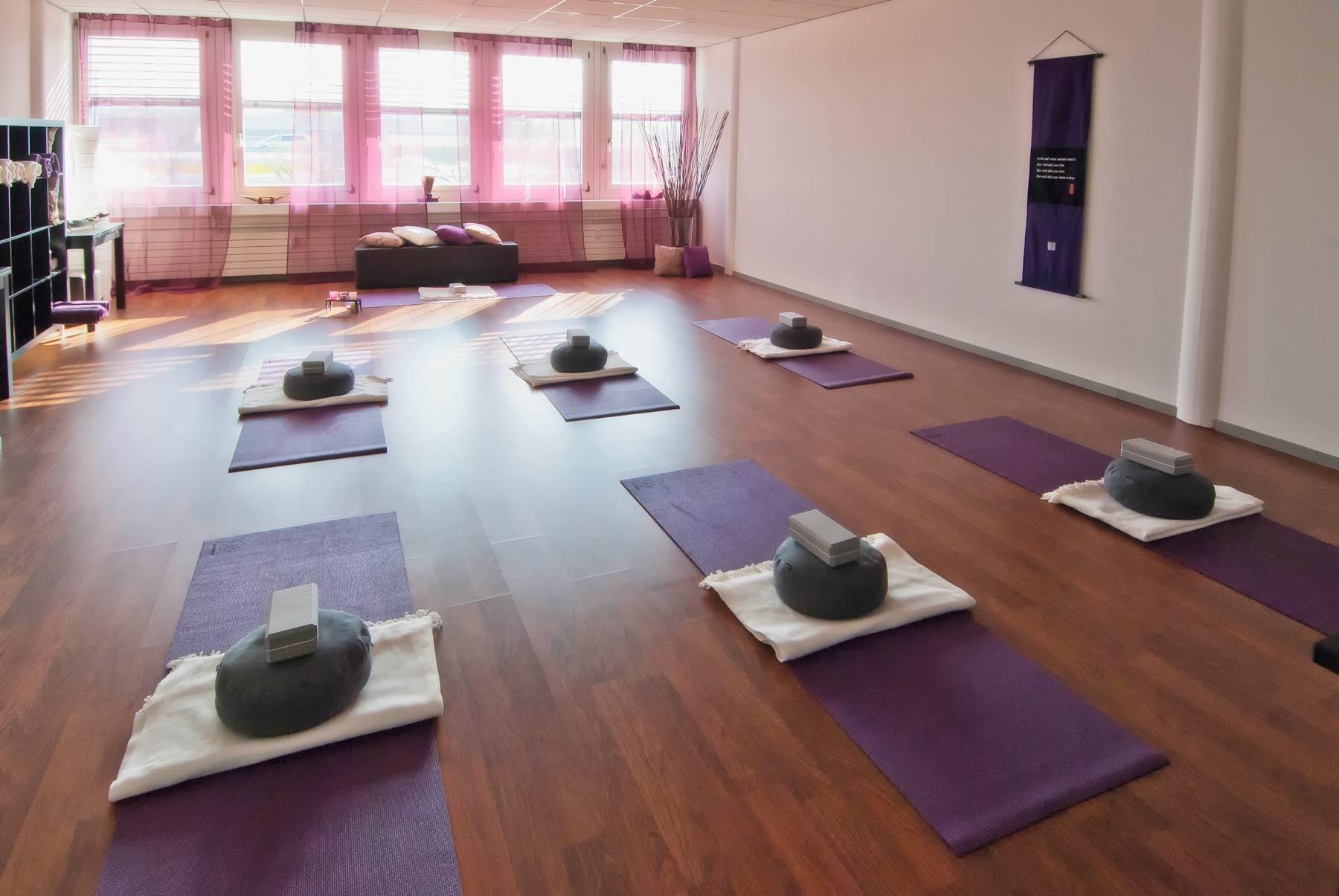 Yoga Studio: Ruhige Atmosphäre in lichtdurchflutetem Raum